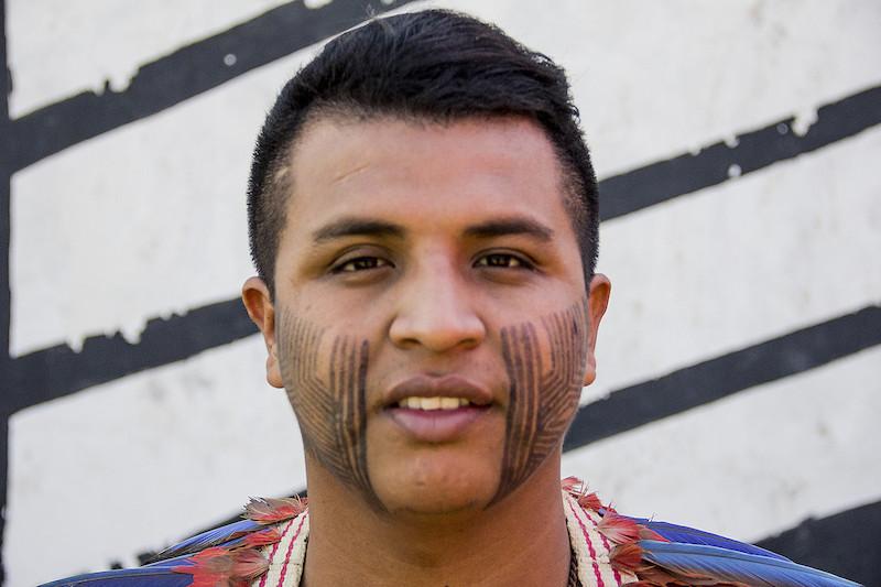 Erisvan Bone de Sousa Guajajara, da aldeia Lagoa Quieta, da Terra Indígena Arariboia (MA), durante o Acampamento Terra Livre de 2018, em Brasília (DF). Foto: Mario Brunoro/ISA, 2018.