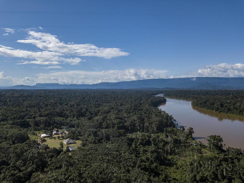 Vista aérea da comunidade Waichannha, região Waikás, rio Uraricoera. TI Yanomami, Roraima. Rogério Assis / ISA, 2018.