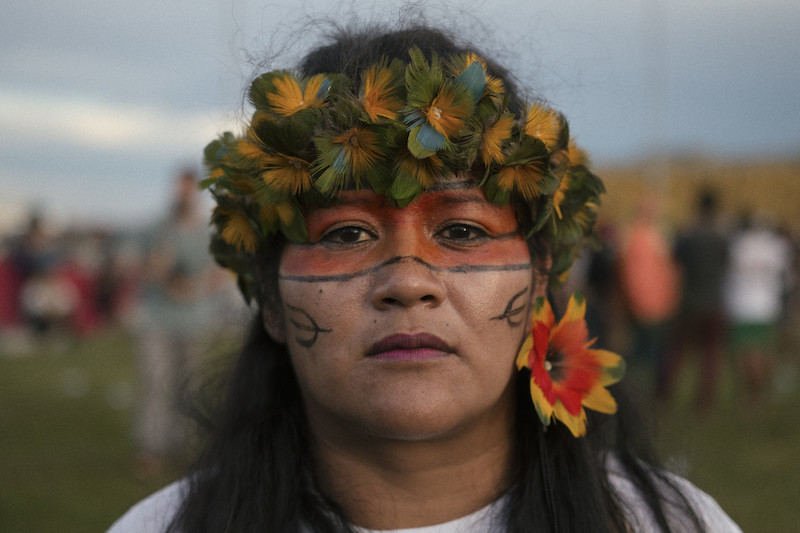 Kerexu posa para retrato no Acampamento Terra Livre de 2017, em Brasília (DF). Foto: Luiza Calagian.