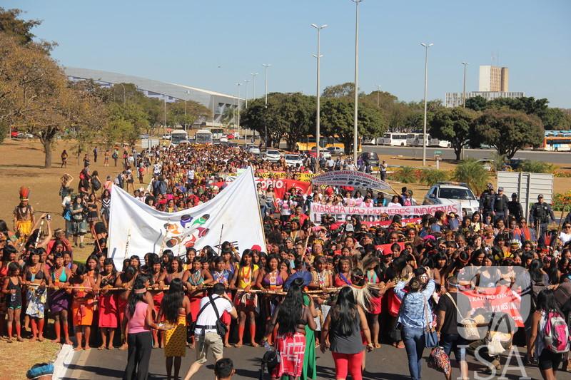 Ato realizado durante a 1ª Marcha das Mulheres Indígenas, em Brasília (DF), ocupou o prédio da Secretaria Especial de Saúde Indígena (Sesai), contra a privatização, a municipalização ou estadualização da saúde indígena, e por melhores condições de atendimento. A semana de mobilização, que durou de 9 a 14 de agosto de 2019, contou com a presença de 1500 representantes de 130 povos, pedindo respeito aos seus territórios, corpos e espíritos. Foto: Mariana Spagnuolo Furtado/ISA, 2019