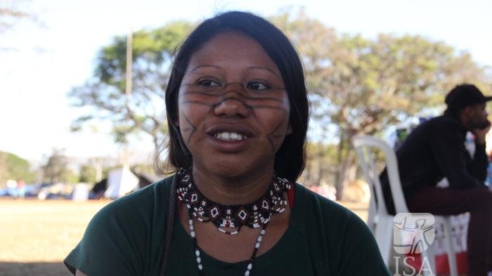Rosângela Ara Poty, do povo Guarani Mbya, concede entrevista ao ISA, durante a 1ª Marcha das Mulheres Indígenas, realizada em Brasília (DF), em 2019. Foto: Mariana Spagnuolo Furtado/ISA, 2019