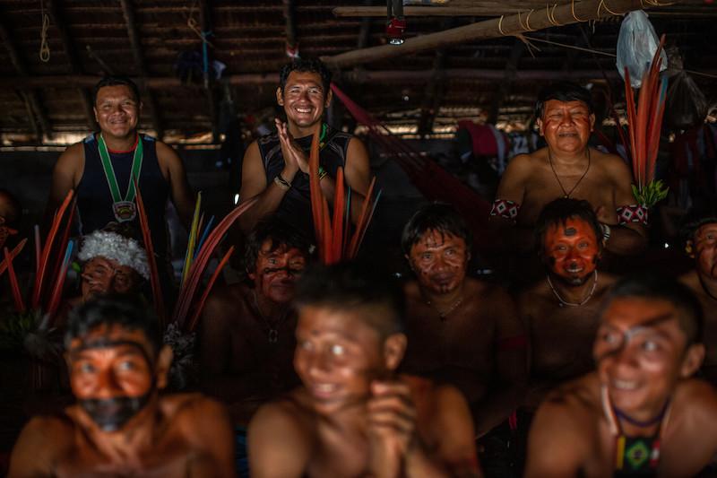Ao fundo, as lideranças Maurício Ye'kwana, Julio Ye'kwana, presidente da SEDUUME, e Davi Kopenawa durante o primeiro Fórum de Lideranças Yanomami e Ye'kwana. Terra Indígena Yanomami. Foto: Victor Moriyama/ISA, 2019.