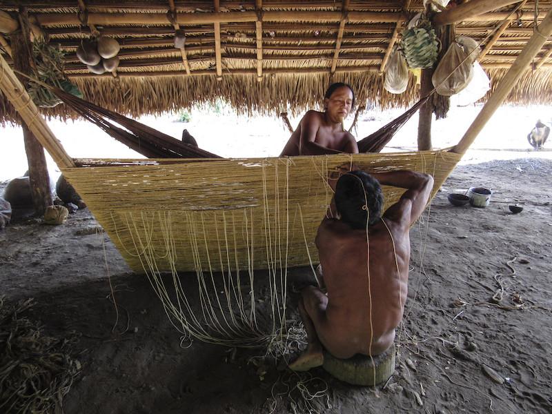 Foto:Índios Zo'é finalizando uma rede de fibra de castanheira, Flora Dias Cabalzar, 2016.