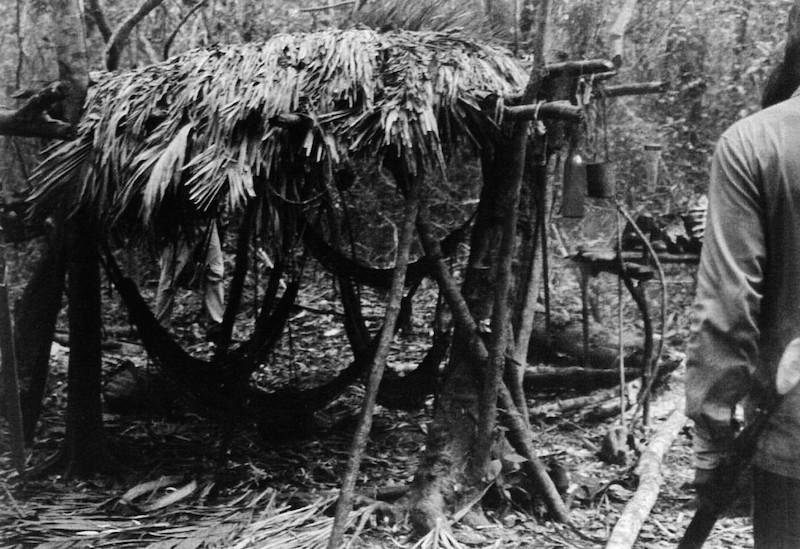 Foto: Acampamento dos Avá-Canoeiro do Araguaia abandonado antes do contato em 1973. Apoena Meireles & Denise Meireles, 1973