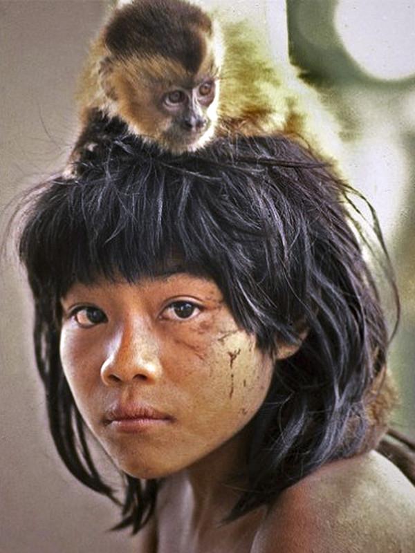 Foto: A menina Kaukamy, filha de Tutawa e Taego. Fazenda Canuanã. Klaus Gunther, 1973.
