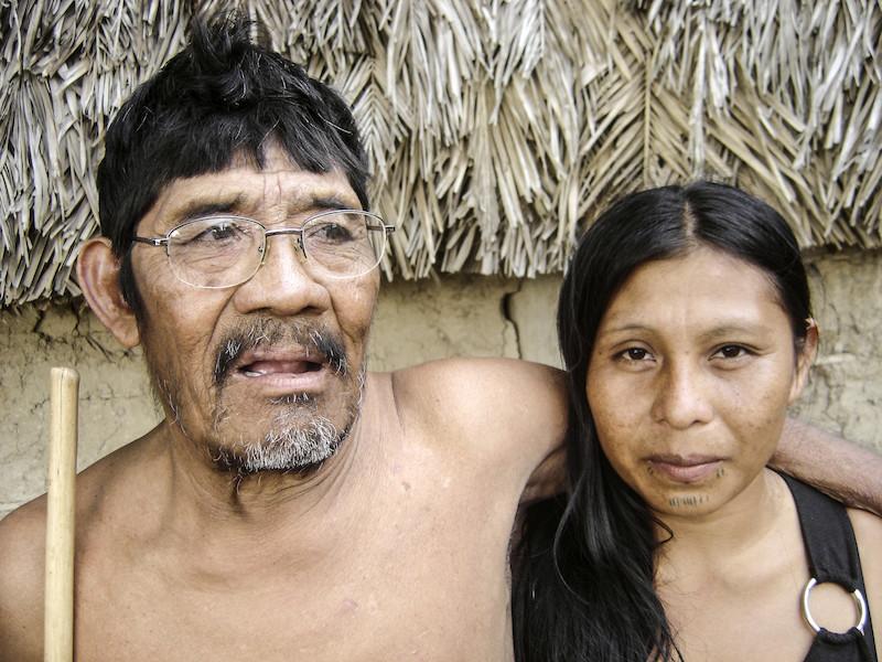 Foto: Tutawa e sua neta Tuguimy, a primeira pessoa nascida após o contato. Aldeia Boto Velho. Patrícia de Mendonça Rodrigues, 2004.