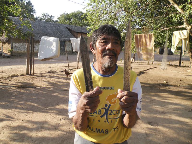 Foto: Tutawa e suas flechas de metal. Aldeia Canoanã, Ilha do Bananal. Jorge Bogéa, 2011