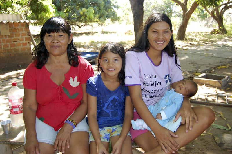 Foto: Kaukamy, sua filha Typyiri e seus netos na Aldeia Santa Isabel, Ilha do Bananal. Patrícia de Mendonça Rodrigues, 2014.
