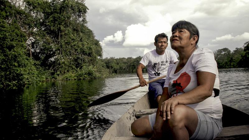 Foto: Kaukamy e seu filho Wapoxire, Cacique dos Avá-Canoeiro do Araguaia, no Lago das Piranhas. Filme Taego Ãwa, Vinícius Berger, 2015