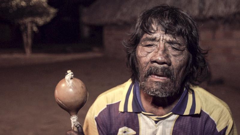 Foto: O pajé Tutawa pintado e cantando. Filme Taego Ãwa, aldeia Boto Velho, Vinícius Berger, 2015