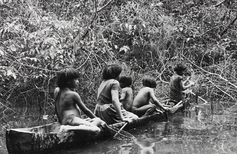 Saída para pescar. Região de Auaris, TI Yanomami, Roraima. Ana Gita de Oliveira, 1974.