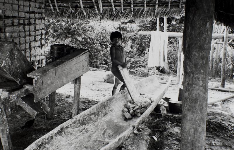 Criança segura um ralo de mandioca, artigo produzido pelos Ye'kwana que sempre foi cobiçado nas redes de troca com outros povos. Foto: Volkmar Ziegler, 1982.