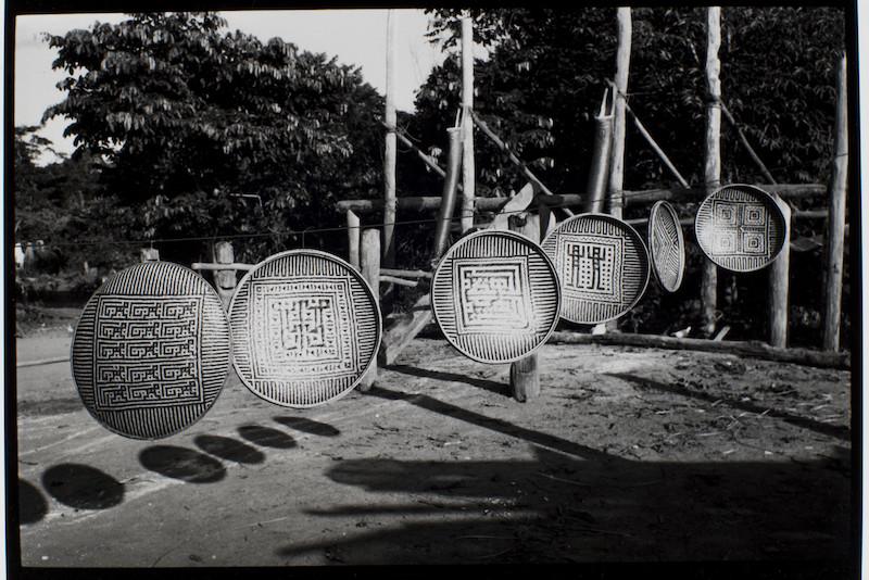 Balaios ''waja'' pendurados no varal da casa. Região de Auaris, TI Yanomami. Valkmar Ziegler, 1982