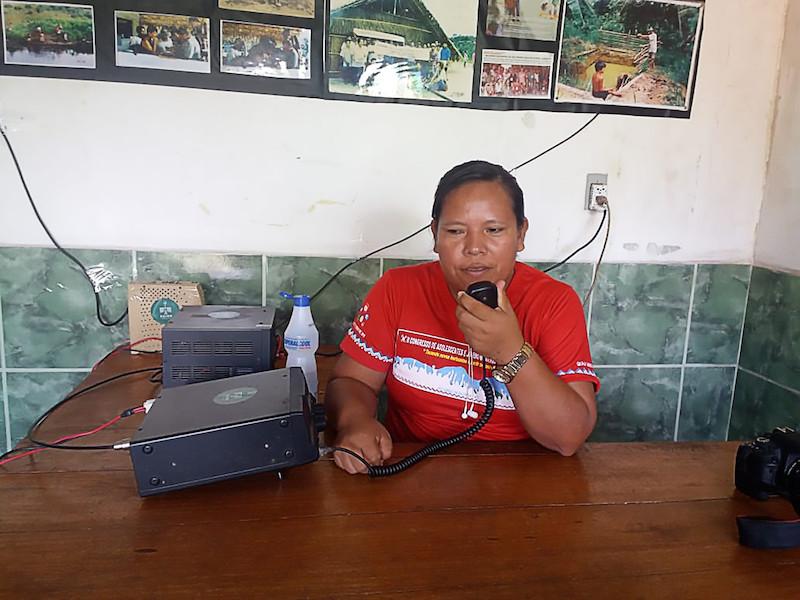 Edineia Teles, do povo Arapaso, transmitindo, via rádio, informações e orientações a respeito do contágio e da prevenção ao novo coronavírus, Covid-19, Amazonas. Foto: Arquivo Pessoal, 2020.