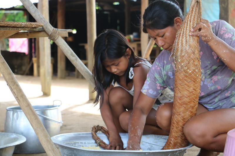 Edlene e sua mãe, Aparecida, trabalhando com o tipití. Foto: Maria Bonome Pederneiras, 2019.