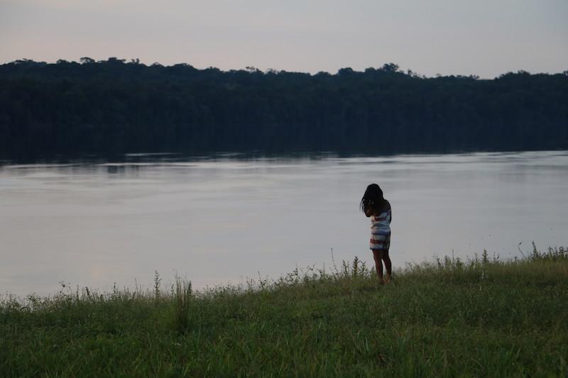 Edjane, olhando para o rio Uaupés, comunidade de Loiro. Foto: Maria Bonome Pederneiras, 2019.