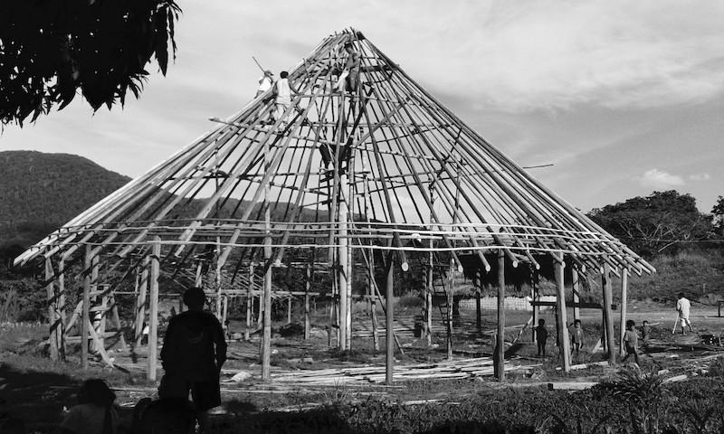 Construção do malocão da Manalai. Foto: Virgínia Amaral, 2015.