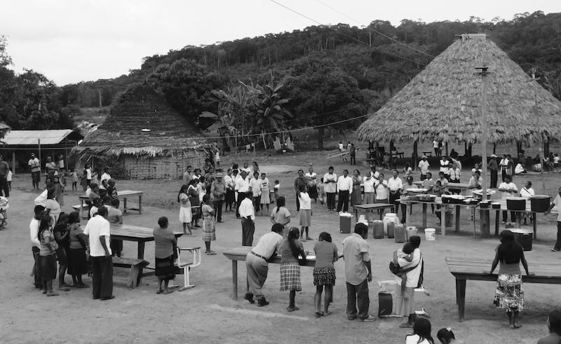 Toda refeição de encerramento de uma cerimônia de Areruya é precedida por uma reza, na qual os Ingarikó se comunicam com as divindades para garantir a disponibilidade permanente de alimentação abundante e de qualidade. Foto: Virgínia Amaral, 2016.