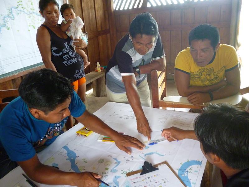 Moradores Waikhana da comunidade Uriri em exercício de mapeamento de seu território no baixo Uaupés. Foto: Aline Scolfaro, 2010.