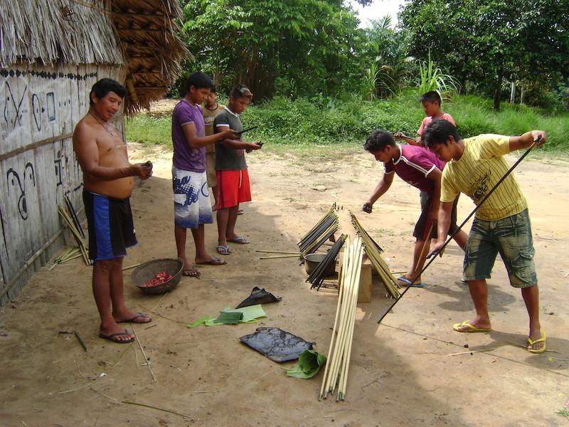 Cortando e tingindo talos de arumã para fazer balaios. Comunidade São Gabriel (Pohsaya Pit) no médio Papuri. Foto: Aline Scolfaro, 2010.
