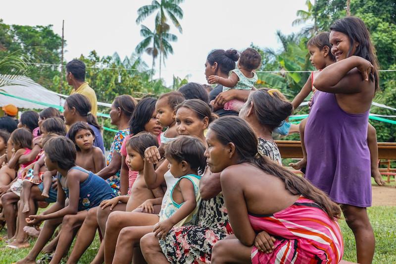 Mulheres e crianças dâw durante a festa de dabucuri. Foto: Karolin Obert, 2017.