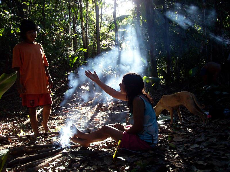 Em um descanso na floresta, durante uma caçada, Airuhua conversa com seu filho Jahara. Aldeia Juriti, TI Awa, 2008. Foto: Uirá Garcia