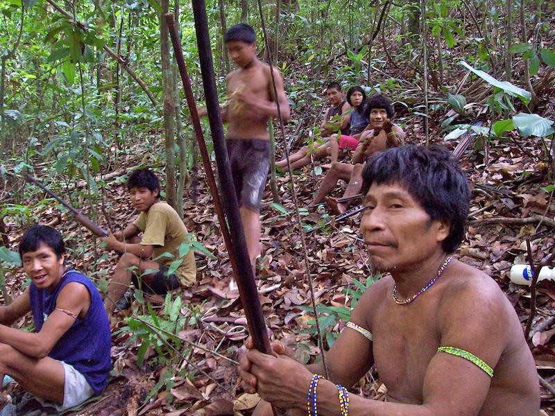 Descanso durante uma caçada. Aldeia Juriti, TI Awa, 2006. Foto: Uirá Garcia