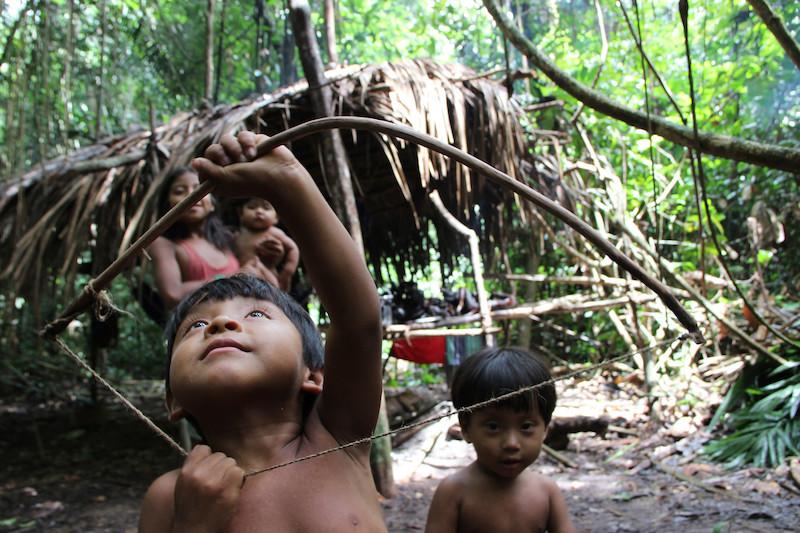 Crianças brincando em acampamento de caça. Aldeia Awa, TI Caru, 2013. Foto: Uirá Garcia