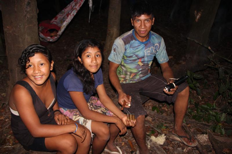 Da direita para a esquerda, os jovens Tarapẽ, Xikapiõ e Juwi'ia, à noite em um retiro de caça. TI Awá, 2016. Foto: Uirá Garcia