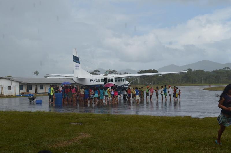 """Dia de voo no """"Aeródromo de Auaris"""". TI Yanomami, Roraima. Majoí Gongora, 2018."""