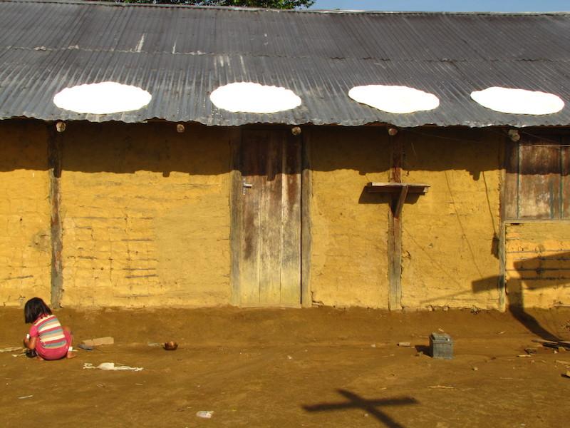 Beijus secam sobre o teto da residência coberto com telhas de alumínio. Comunidade Fuduuwaadunnha, TI Yanomami, Roraima. Majoí Gongora, 2013.