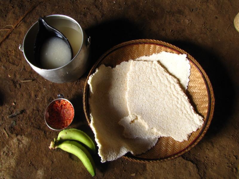 Refeição com chibé, beiju, molho de pimenta e banana. Fuduuwaadunnha. TI Yanomami, Roraima. Majoí Gongora, 2013.