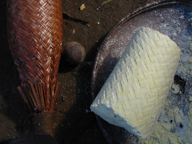 Tipiti (''tönköi'') e a massa de mandioca depois de prensada. Fuduuwaadunnha. TI Yanomami, Roraima. Majoí Gongora, 2013.