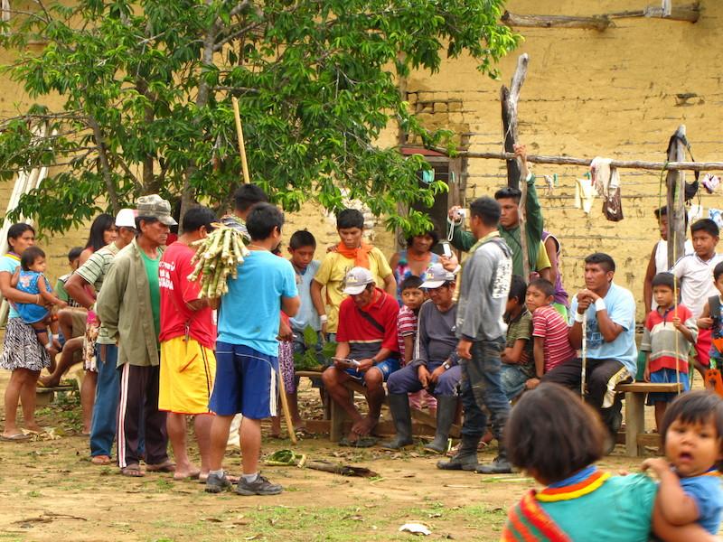 Execução de um canto durante a realização do ritual da menina moça. Comunidade Fuduuwaadunnha, TI Yanomami. Majoí Gongora, 2013.