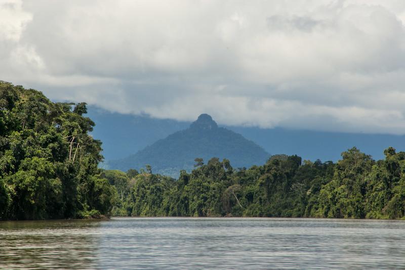Serra ''Waata'jödö'', antiga casa redonda dos irmãos Yudeeke e Shichäämöna. Rio Uraricoera. TI Yanomami, Roraima. Guilherme Gnipper Trevisan, 2017.