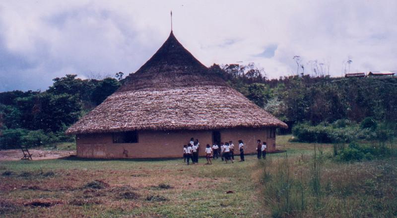 Crianças com uniformes escolares na comunidade Kujaashinnha, Região de Auaris, TI Yanomami, Roraima. Acervo APYB, década de 1990.