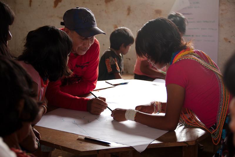 Professor e alunos da Escola Apolinário Gimenes, comunidade Fuduuwaadunnha, TI Yanomami. Tiago Moreira dos Santos, 2016.
