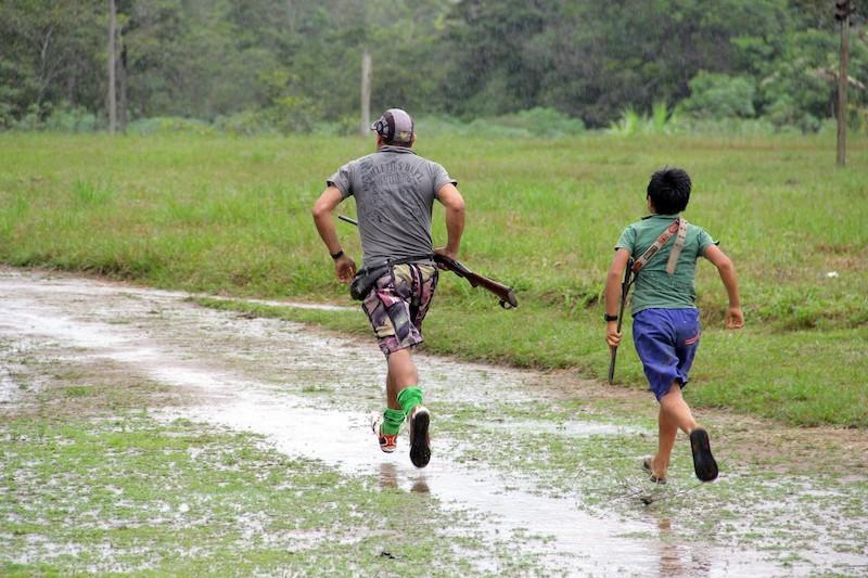 Pai e filho em direção a um bando de queixadas próximo à comunidade. Fuduuwaadunnha, TI Yanomami, Roraima. José Cury, 2017.