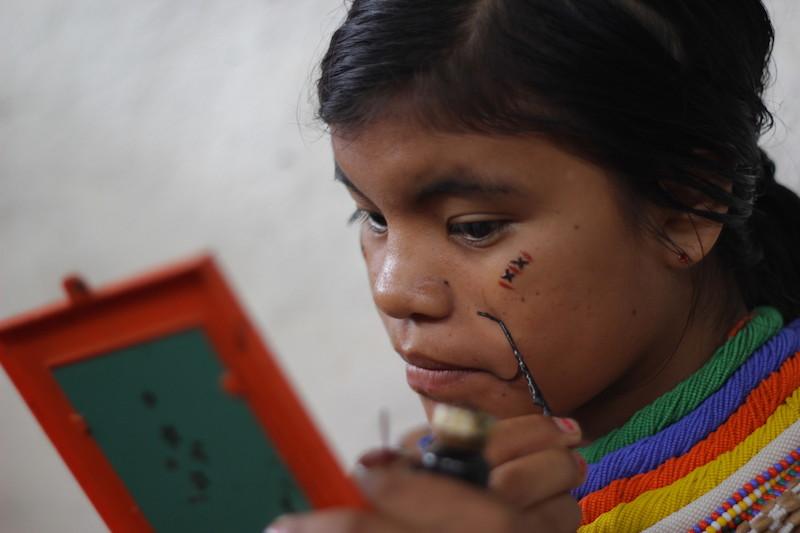 Jovem se adorna antes da festa. Fuduuwaadunnha. TI Yanomami, Roraima. José Cury/ Museu do Índio-FUNAI / Povo Ye'kwana, 2018.