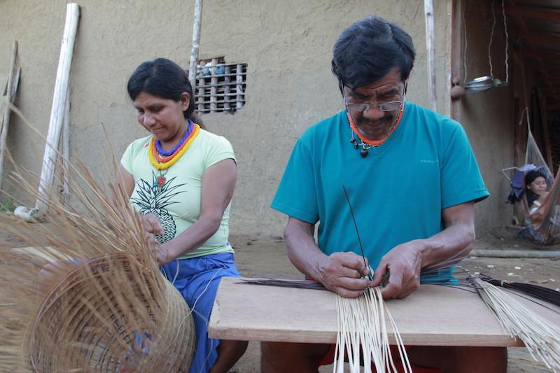 As mulheres fazem os cestos wöwa e os homens fazem os balaios ''waja'' e seus cestos cargueiros ''tudui''. Fuduuwaadunnha. TI Yanomami, Roraima. José Cury, 2019.