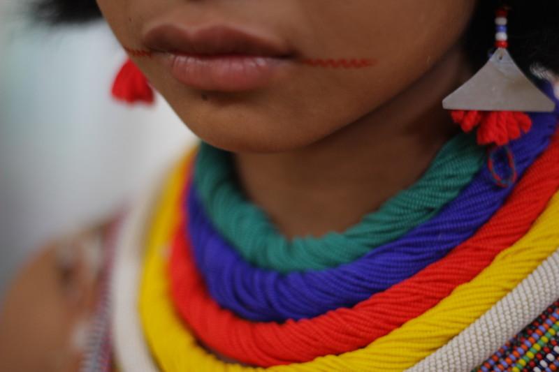 Detalhe da pintura facial, dos brincos e colares de miçanga que adornam as pessoas. Fuduuwaadunnha. TI Yanomami, Roraima. José Cury/ Museu do Índio-FUNAI / Povo Ye'kwana, 2018.