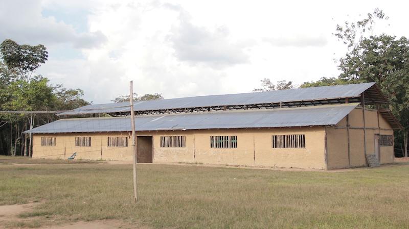 Escola Apolinário Gimenes cujo teto foi feito com telhas de alumínio devido à escassez de palha na região. Fuduuwaadunnha. TI Yanomami, Roraima. José Cury, 2015.